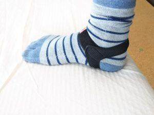 アシブラは靴下の上につけます。
