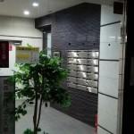 横浜市泉区立場にある整体院のあきば整体院マンション入り口のガラス